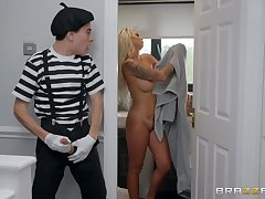 Skeletal guy fucked blonde cougar Brooklyn Chap-fallen in the bedroom