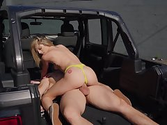 Fucked in an obstacle back be advantageous to an obstacle Jeep after she throats an obstacle big dong
