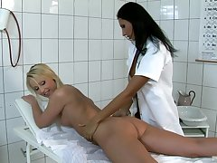Sissified nurse plays with blonde's pussy concerning a kinky XXX show
