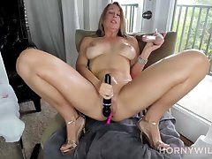 Mom Kitty Pumping Dildo In an unguarded moment - Amateur Sex