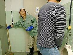Japanese cleaner, Maki Koizumi sucks gumshoe